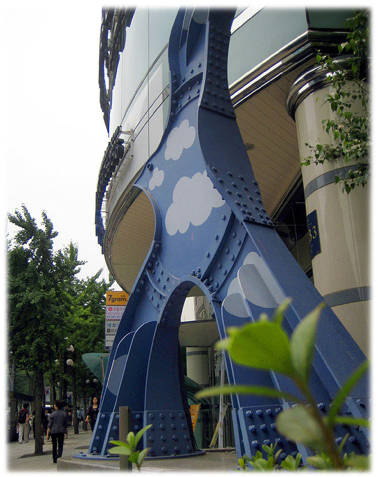 This photo shows modern public art at gangnam area in front of an office building. The photo shows a blue bird with clouds. Bild von moderner Kunst in der Straße vor einem Bürohochhaus.