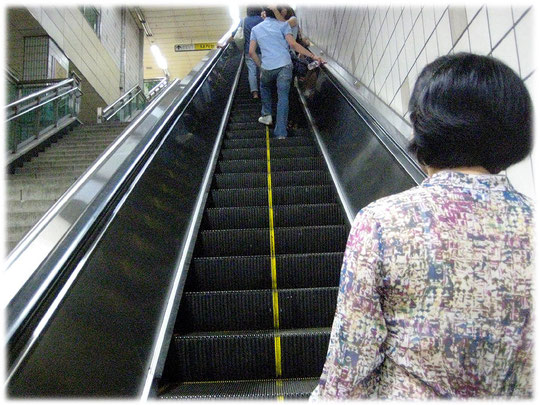 This is a picture of an escalator at a subway station. Foto einer Rolltreppe in Korea.