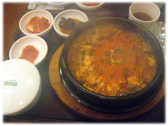 On this photo is the Korean dish Sogogi ttukbaeg. A typical Korean meal in a public house in Seoul. Bild von Sogogi ttukbaeg, einer asiatischen Suppe mit Nudeln und Gemüse und Fleisch.
