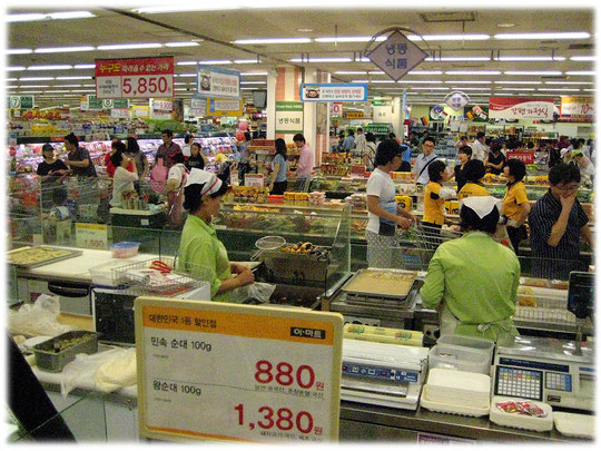 A full crowded busy food supermarket in South Korea. On the Seoul supermarket video you can see more details. Bitte schauen Sie das Video vom Supermarkt in Südkorea an!