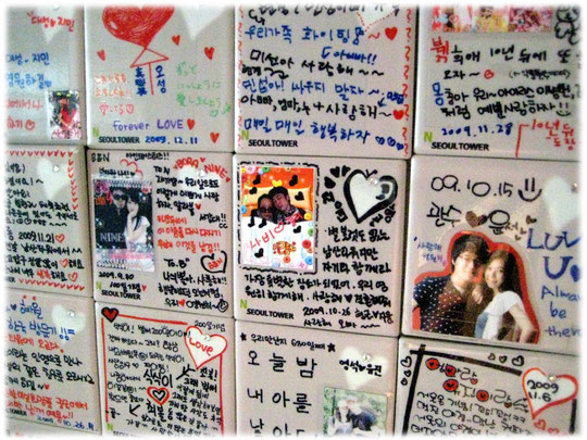 Picture of love tiles at N Seoul Tower at Namsan park in Seoul. Lovely love messages of young Korean people. Fotos von Liebesnachrichten junger Koreaner in Südkorea.