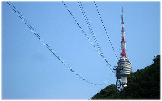 Pictures of the N Seoul Tower at Namsan Park in the center of the capital city of South Korea. Bilder vom Fernsehturm und Funkturm im Namsan Park im Herzen der Hauptstadt von Südkorea