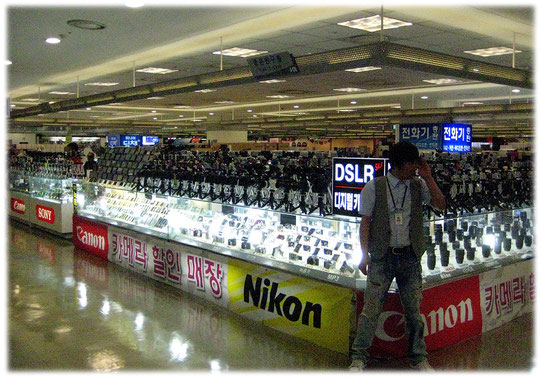 On this photo you see shops inside an electronic department store or warehouse. Bilder von Elektronikgeschäften und Läden in einer Elektronik Mall und Kaufhaus in Seoul.
