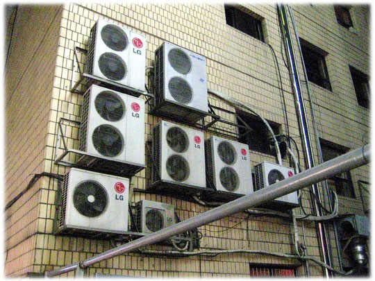 On this photo you can see air conditioning systems from LG at Gangnam area. LG and Samsung can bee seen everywhere in the city. Foto von einer LG Klimaanlage. LG und Samsung ist überall in der Stadt.