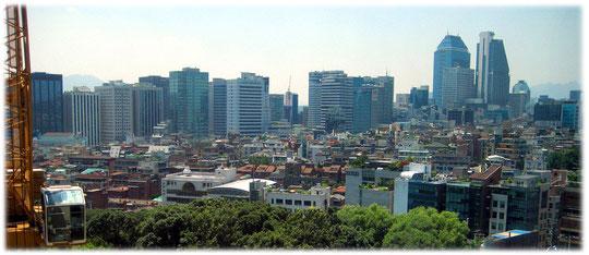 This photo shows the skyline of this lovely city, seen from a hotel room. Bild über die Aussicht von Seoul von einem hohen Aussichtspunkt aus gesehen