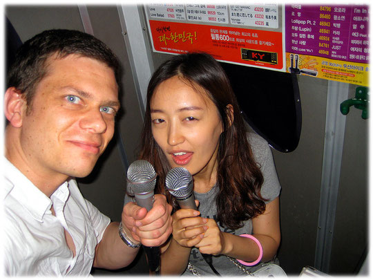This picture shows two young people singing a karaoke song inside a small karaoke cabin. The photo was taken at Gangnam area. The streets at Gangnam area are full of live at night! Bilder von Karaoke
