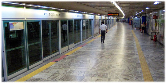 This photo shows an empty subway station in Seoul, South Korea. See video for more details. Bild einer U-Bahn-Sation in Seoul.