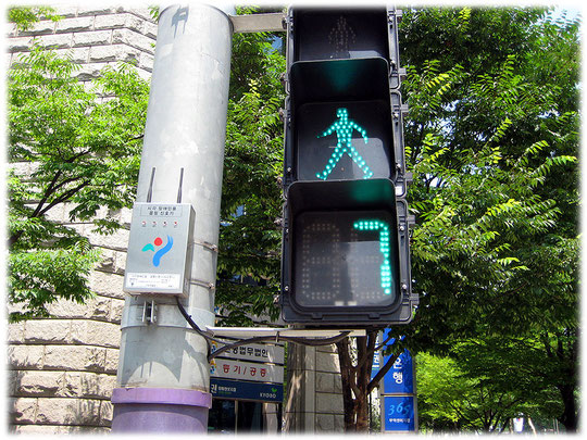 Pictures about a traffic light at Gangnam business streets. The traffic lights have a countdown system. Bilder von einer Ampel und einer Straßenampel mit Count Down