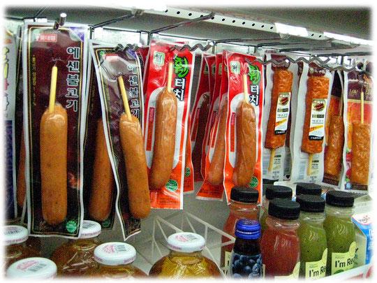 Pictures of the street food snack instant sausages and hotba, a fishcake bar. Imbiss inside the convenience store. Bilder von koreanischen Würsten und Fischkuchen in einem Kiosk.