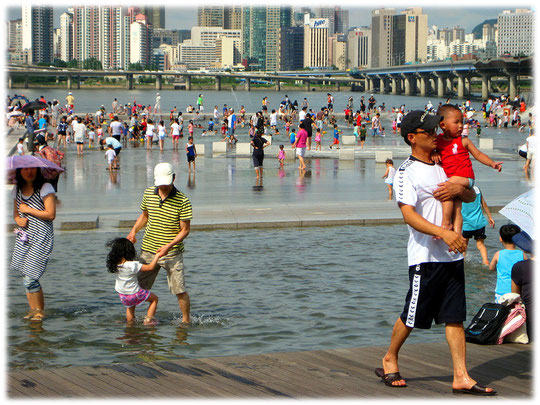 This photo shows the city life water playground at Han river as well. It is very nice how children enjoy this playground. Please visit Seoul and see this by yourself! Fotos von koreanischen Kindern