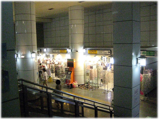 Photo of a store for costume jewellery in a subway station in Seoul, South Korea. Geschäft und Shop für Modeschmuck in einer U-Bahn-Station in Seoul, Südkorea.