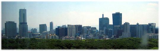 This photo shows the skyline of this fascinating capital city, and high buildings, seen from a hotel. Bilder aus einem Hotel in Südkorea auf die Skyline der Teheranro Geschäftsstraße
