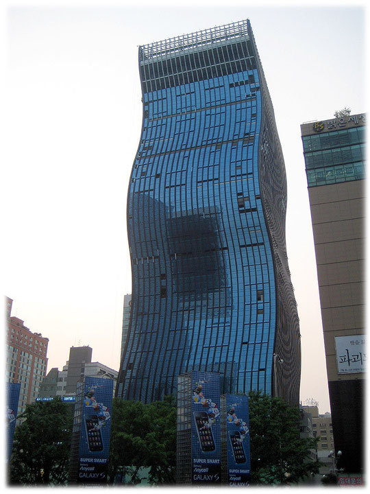 Pictures of a famous high building in Seoul which is called The noodle because it looks like a noodle. Bild von einem Wolkenkratzer das wie eine Nudel aussieht