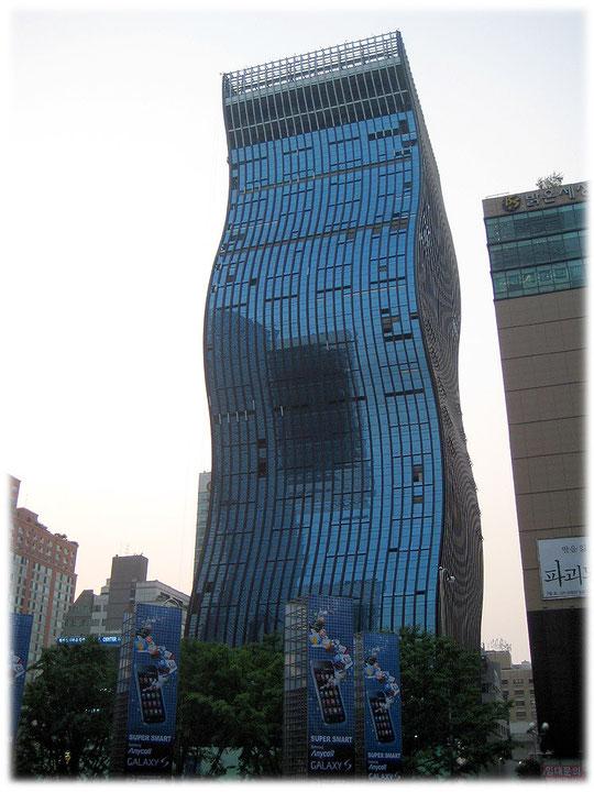 Pictures of a famous high building in Seoul which is called The noodle because it looks like a noodle. Bild von einem Wolkenkratzer das wie eine Nudel aussieht