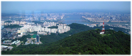 Pictures that show the beautiful broad Han River and the white apartment houses for the Koreans. Bilder von dem breiten Han Fluss und den Han Fluss Brücken sowie von Wohnhäusern der Koreaner