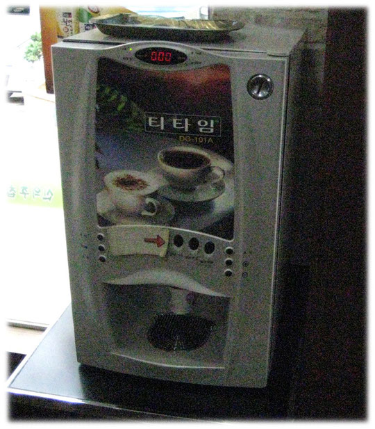 This picture shows a coffee machine at the entrance of a Seoul restaurant. You can get a free coffee there. Bild von einer Kaffeemaschine am Eingang eines Restaurants in Seoul und Südkorea