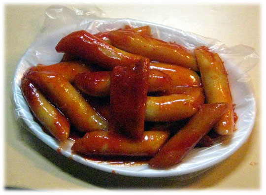 Picture of the street snack imbiss Tteobbokki. A Korean street food to go, like american or german fast food and food to go. Bilder von koreanischem Fast Food, ähnlich der Berliner Currywurst.