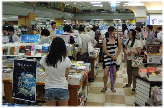 On this photo you can see a bookstore shop inside a big mall at a shopping centers basement floor in Seoul. Bilder von einem Buchgeschäft in Südkorea.