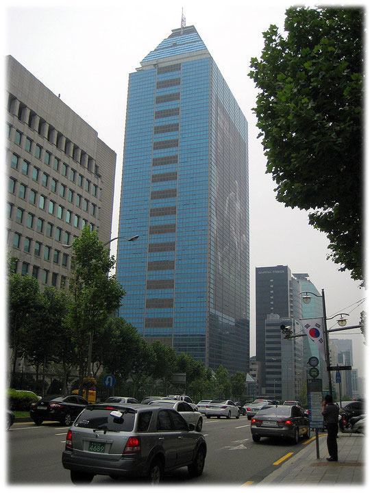 On this photo you see a high office building at Teheranro street. It was a landmark in this street in former times. Foto von einem Wahrzeichen unter den Hochhäusern in Seoul