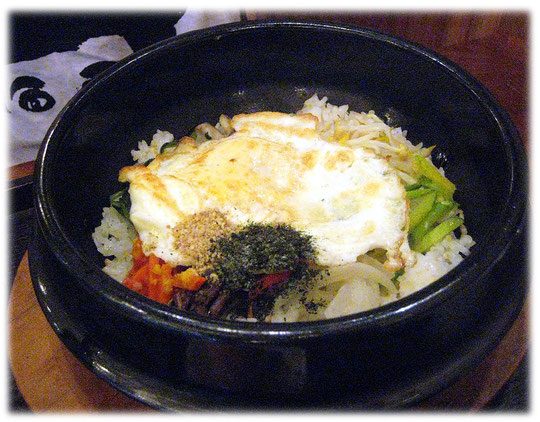 This photo is about the Korean meal Dolsot Bibimpab. We were eating at a Seoul restaurant and inn. Bild von einem koreanischen Essen mit dem Namen Dolsot Bibimbap, ein asiatisches Gericht mit Reis.