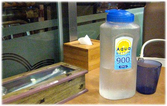 This picture shows a bottle of free fresh water. Bild von einer Flasche Wasser in einem Imbiss in Seoul