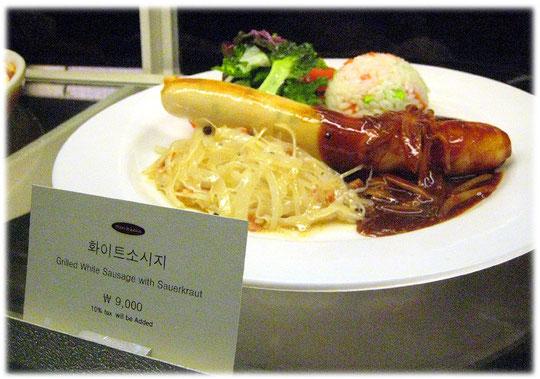 This photo shows the German bratwurst at a seoul restaurant. Bild von einer deutschen gegrillten Bratwurst mit deutschem Sauerkraut in einer bayerischen Gaststätte im COEX world trade center in Seoul.