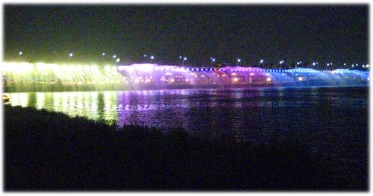 Photo of an interesting Illuminated fountain bridge with music at Banpo bridge, Hangang Banpo jigoo park at Seoul. Foto von einer nachts beleuchtetend Brücke am Han Fluss in Seoul, Südkorea.