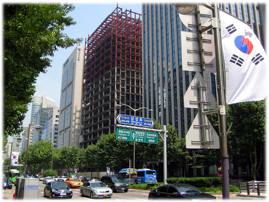 This image is about the construction of a new high building at Teheranro street. It is a steel frame construction. Foto von einem Neubau mit Stahlskelettbau oder Stahlskelettkonstruktion in Gangnam