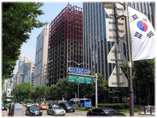 This image is about the construction of a new high building at Teheranro street. It is a steel frame construction. Foto von einem Neubau mit Stahlskelettbau oder Stahlskelettkonstruktion in Gangnam