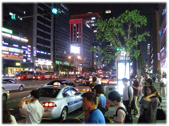 On this picture you see the Gangnamro street at Gangnam area, Seoul. This street is very lifely at night! Bilder von einer belebten Straße in Gangnam
