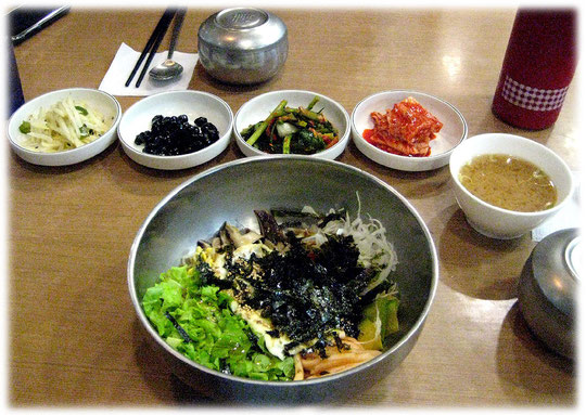 Photo of Korean dish Sanchae bibimbap. This is food wich you can get at most Korean restaurants in Seoul. Bilder von koreanischem Kochen in Südkorea.