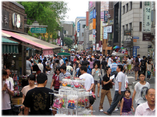 Photo of a famous tourist shopping street in Seoul, South Korea. Einkaufsstraße für Touristen in Seoul, Südkorea.