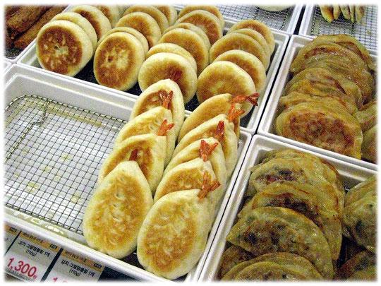 Picture of Korean seafood inside a pastry pocket. Ready to sell in a Korean big food market. Bild von Meeresfrüchten in einer asiatisch koreanischen Teigtasche. Ein Supermarkt in Südkorea.