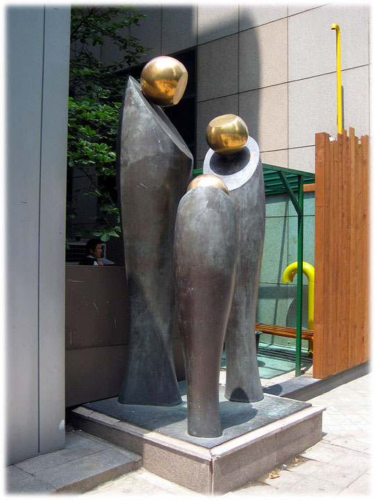 This photo shows public art in front of an office building at Gangnam district in the capital city of South Korea. Bilder von Straßenkunst und Kunst in den Straßen von Seoul und Südkorea