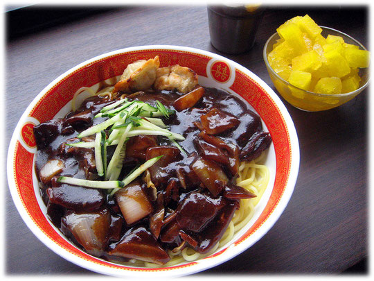Picture of the food Jajangmyeon on the photo. You can order this dish at most Korean restaurants. Bilder von der koreanischen Speise Jajangmyeon, die sehr gut schmeckt und ursprünglich aus China kommt