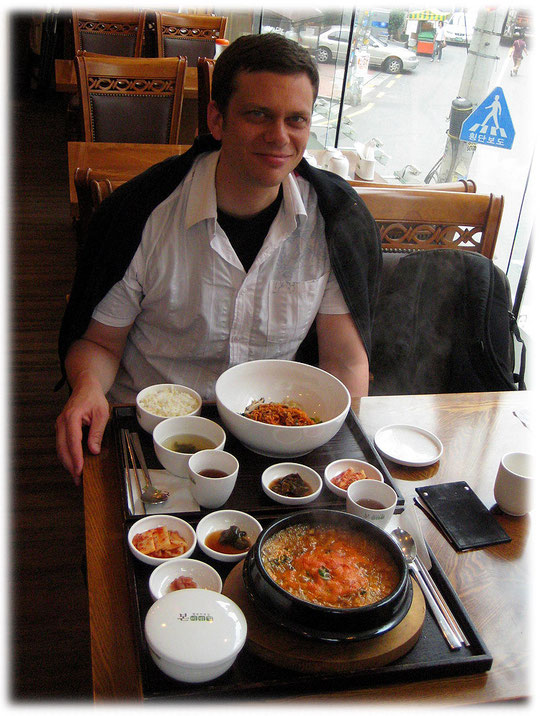 This photo shows Korean food at a restaurant in Seoul: Jeyook Bibimbap and Haemool ttookbaegi. See the Korean food video for more details! Bilder von koreanischem Essen und koreanischen Gerichten.