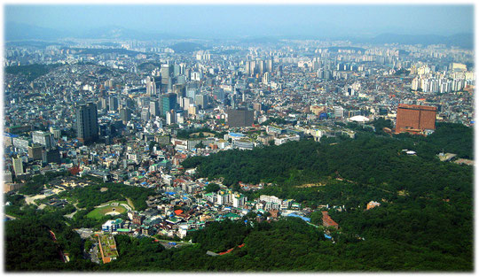 Pictures and photos of the Namsan park and the city skyscrapers, seen from a high point of view. Fotos von der Hauptstadt von oben.
