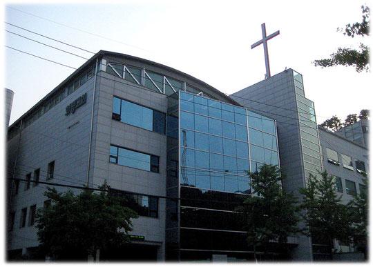 Picture of a typical Korean christian protestant church at Seoul. The church building is quite small. Foto von einer evangelischen christlichen Kirche in Seoul. Viele Südkoreaner sind Christen.