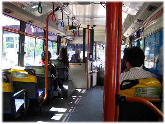 This photo shows a Seoul bus from the inside. Traveling by public transport is quite funny in Seoul, it's safe, cheap and fast. Foto von einem öffentlichen Bus in Seoul.