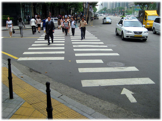 Pictures of a huge zebra crossing with arrows for the walking direction. Fotos von einem Zebrastreifen in Südkorea, auf dem die Koreaner in Pfeilrichtung laufen sollen