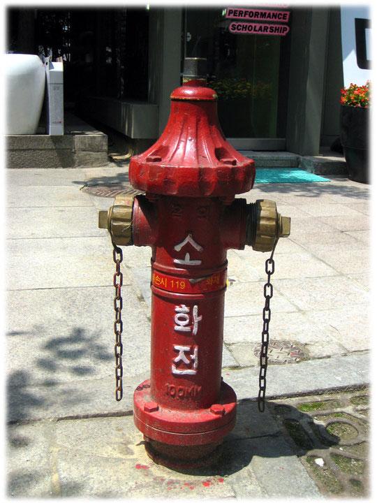 Pictures of a fire hydrant at Gangnam area in the street. Bilder von einem kunstvollen roten Feuerhydrant in den Straßen von Seoul