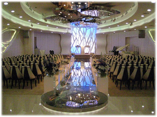 Picture of a wedding hall in a mall in Seoul. The people of South Korea like to get married and celebrate the wedding party as well as the children's one year birthday. Bild eines Hochzeitsraumes.