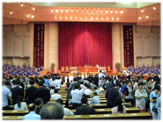 Photo of a Korean christian protestant church from the inside. Gangnam area. The church room was very big inside. Foto aus dem Innenraum einer christlichen evangelischen Kirche in Seoul.