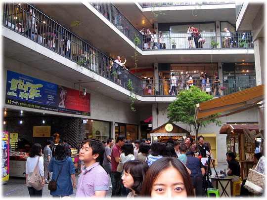 On this photo you see many shops twisting up like a helix around an atrium. Seoul is very good for shopping! Bilder von Ladengeschäften in einer Mall in Seoul.