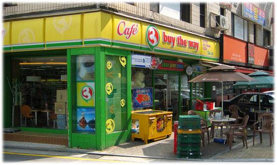 Photo of a convenience store shop at a shopping street at Gangnam. Bilder von einem Kiosk und einem Cafe in einer Einkuafsstraße in Seoul in Südkorea.