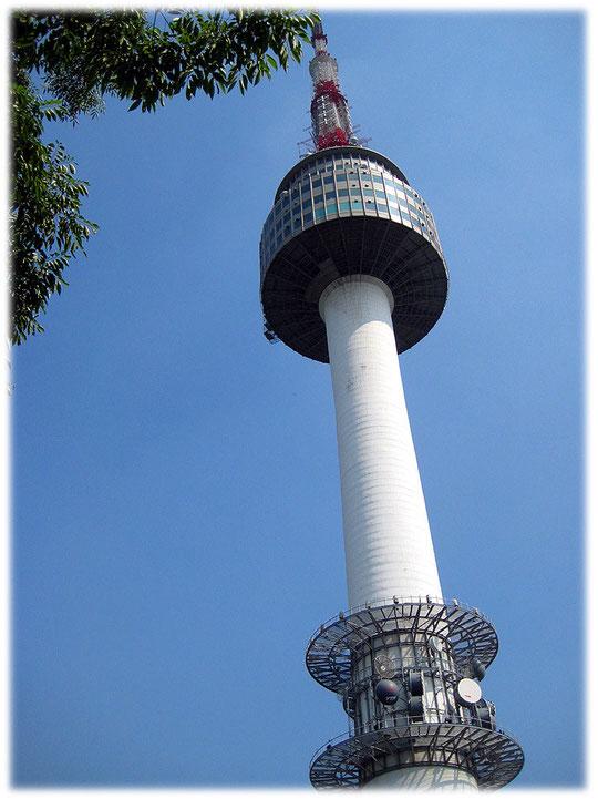 Pictures of the N Seoul tower at Namsan park from a close view with blue sky. Bild vom berühmten Fernsehturm oder Funkturm im Namsan Park mitten in der Hauptstadt von Südkorea