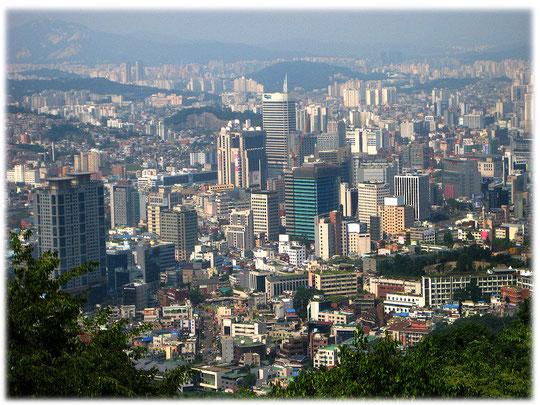 Photos about high buildings made from above at the Namsan N Seoul Tower in the city center. Bilder von einer Aussichtsplattform mit Blick auf die ganze Stadt und die Hochhäuser von oben