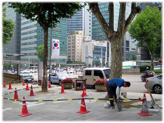 Photos of a street construction site at a street at Gangnam district close to the subway station. Bilder von Arbeitern an einer Baustelle an der Teheranro Geschäftsmeile