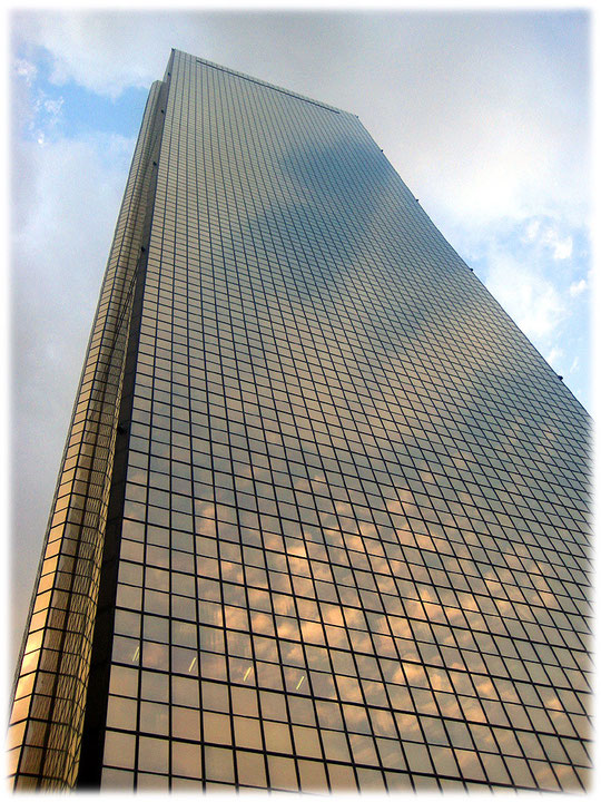 This photo is about the 63 building from a really close view. You see the impressive outside of this skyscraper. Bild des 63 Hochhauses in Seoul.