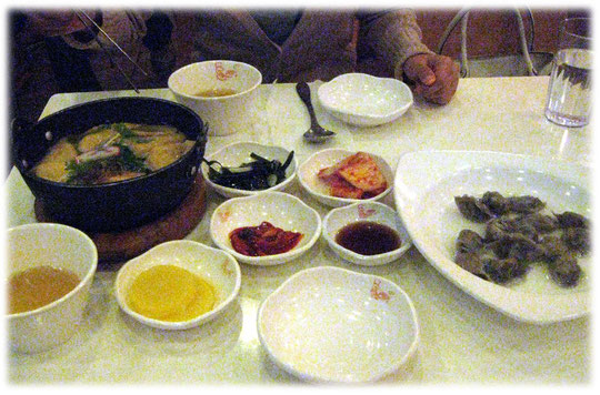 This photo shows many sidedishes of Korean food and Yoobu Udon and Mulmandu. Pictures of lovely Seoul. Bilder von asiatischen koreanischen Beilagen in Seoul Gaststuben.